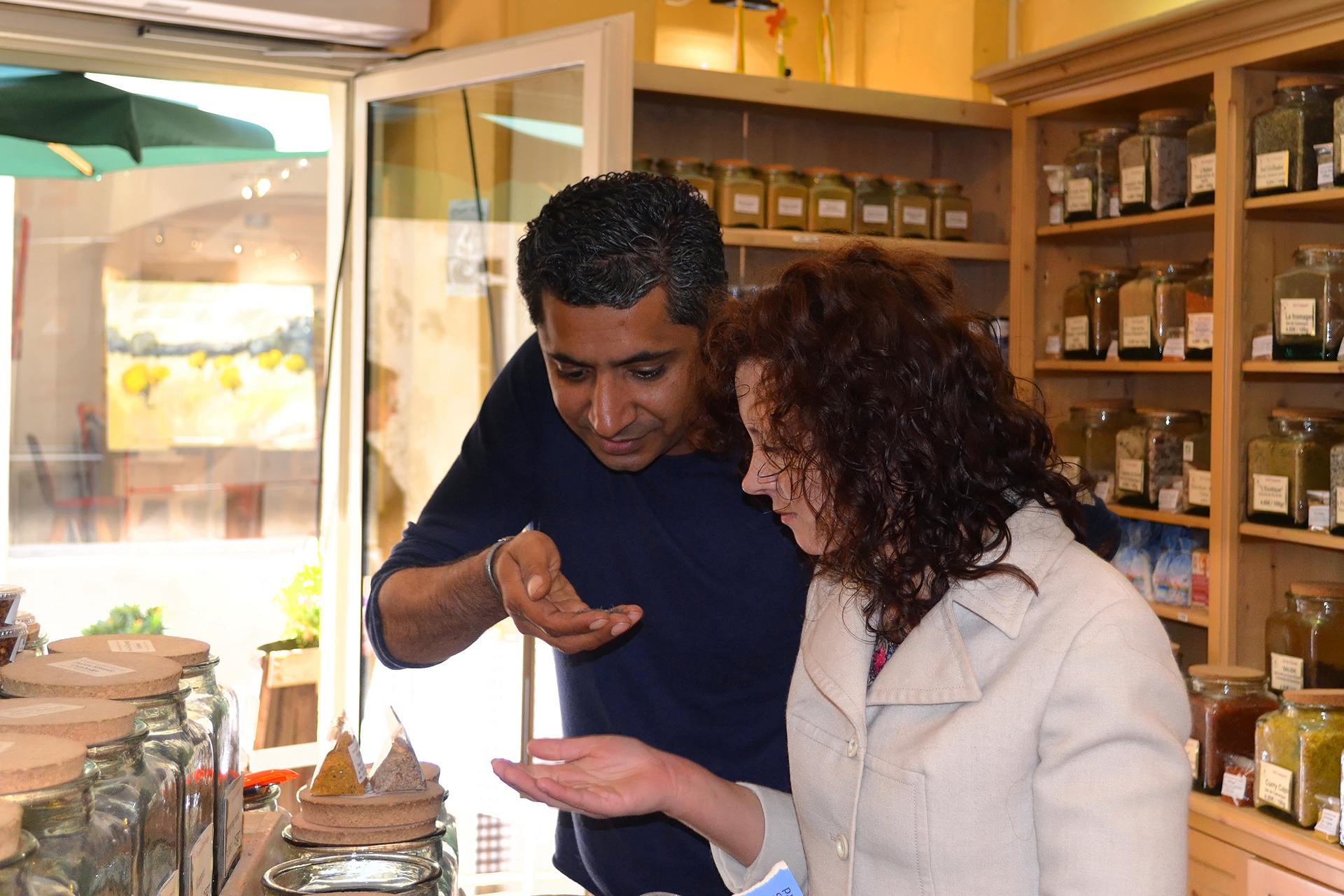 Fanny et Sylvestre dans la boutique Entre Ciel et Terre à Saint-Rémy de Provence